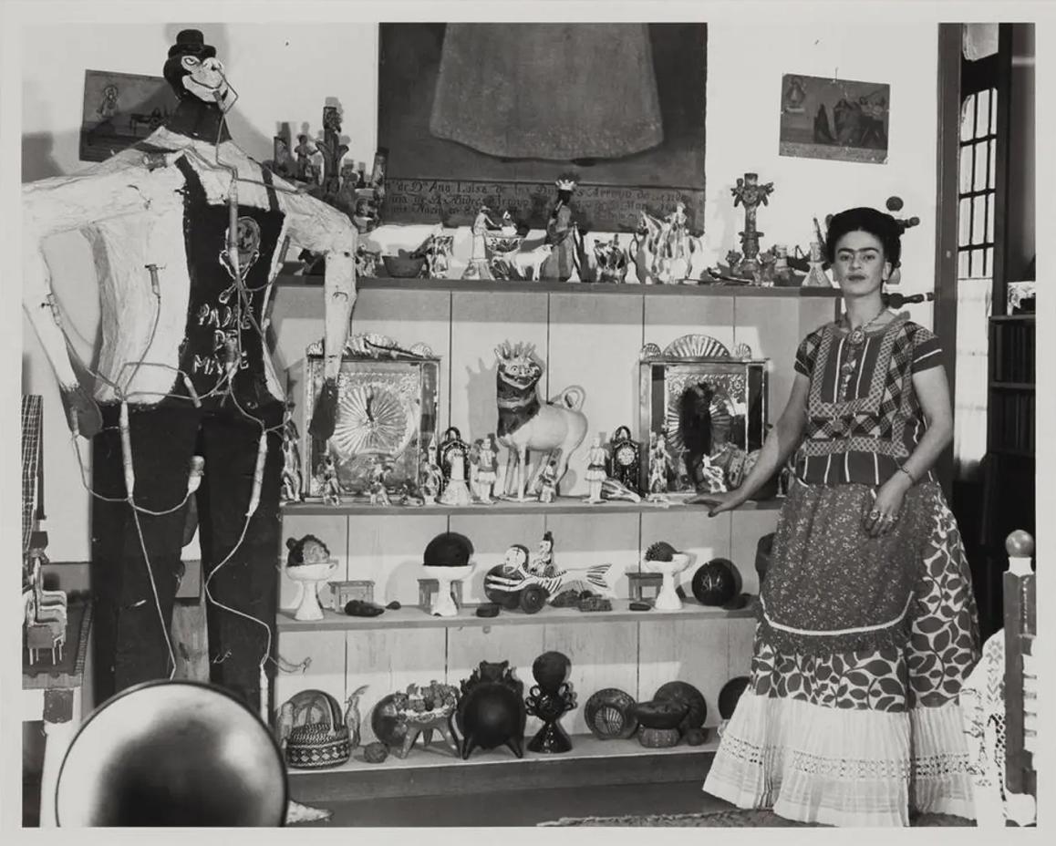 Бернард Зильберштейн, Фрида Кало в гостиной Риверы с фигурой Иуды, примерно 1940 года